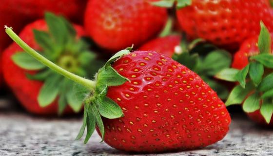 Jahody, smoothie a skvělé letní osvěžení